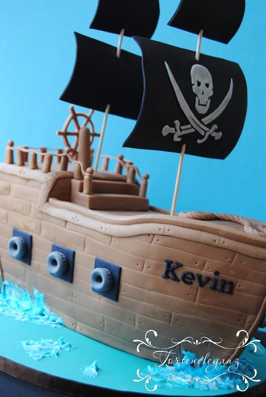 Piratenschiff 3d Torte Kanonen Haiflosse Schwarze Segel Hinten
