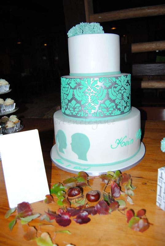 Hochzeitstorte In Weiss Mit Silber Mint Damask Pompons Und