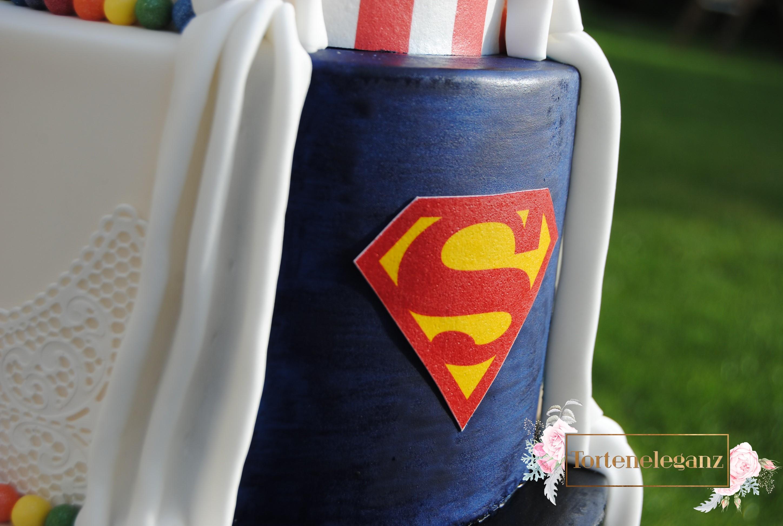 Hochzeitstorte im Marvel Superhelden Design - Torteneleganz
